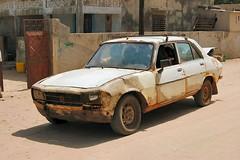 Limousine du Sahel (e y e / s e e) Tags: rust vintagecar transport senegal cp wreck limousine peugeot 504 roundtheworld rouille sahel sénégal joal tourdumonde peugeot504 épave voituredecollection ndangane grandvoyage tombeauroulant