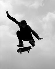 Vuelo (Gloria Zelaya) Tags: sky silhouette mxico jump mexicocity skateboard salto silueta patineta dflickr patinetero gloriazelaya dflickr250807 fredyortega