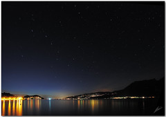 sternesammeln (chris frick) Tags: longexposure lake water night reflections stars switzerland nightshot tripod wideangle moutains contrasts lakethun a550 remoteshuttercontrol chrisfrick sonyalpha550 sternesammeln