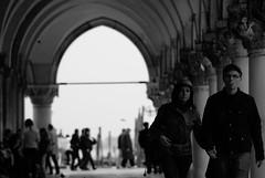 A Venecia (David A Córdova M) Tags: venice bw italy photography photo italia foto shot picture bn portales contraste fotografia tunel amateur venezia robada davidcordova deividcordova