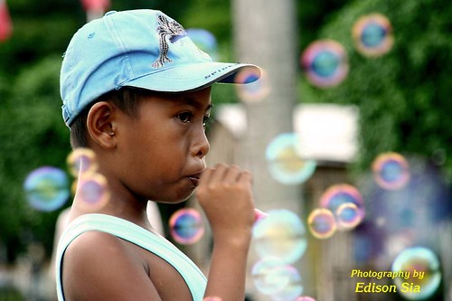 Luneta Manila boy blowing bubbles toys  Buhay Pinoy Philippines Filipino Pilipino  people pictures photos life Philippinen  菲律宾  菲律賓  필리핀(공화국)