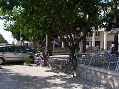 Bikes junto às esplanadas, no Estoril