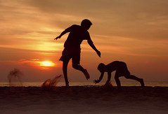 beach games (Freddy Adams) Tags: sunset italy beach children sand nikon tramonto mare games tuscany spiaggia giochi sabbia bimbi tirrenia freddyadams