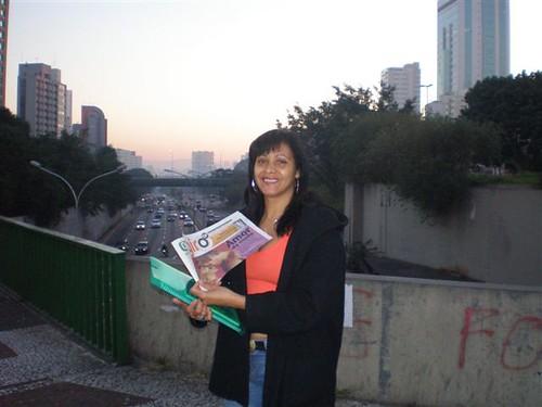 Na primeira hora do dia, leitora ganha o jornal GIRO SP com um sorriso na boca