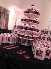 Nuestra alzada con cupcakes y Giant cupcake con diseño personalizado (Mily'sCupcakes) Tags: en club golf de la canal sweet 15 el luna veronica toppers wrappers dulces exclusivo milyscupcakes