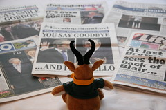 2007 jun 27 june img_3605 (Dave Reinhardt) Tags: uk england london newspaper democracy flickr tonyblair gordonbrown no10 freesheet teddybok