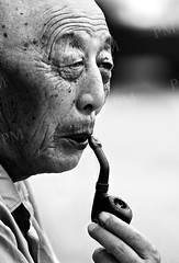 Old man smoking a pipe (Pawel Maciejewski) Tags: china street old travel portrait bw man closeup blackwhite nikon asia chinese beijing oldman d200 zhongguo chiny yazhou nikond200 nikkor80200f28 azja pawelmaciejewski streetphotographycandidstreetportrait