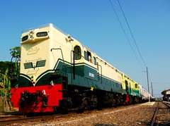 Twin BB200 (Spoor Soni) Tags: station train indonesia java gm central locomotive api kereta g8 emd tanggung
