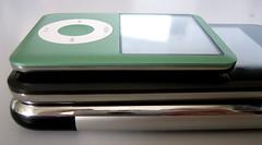 Vergelijking in dikte tussen de nieuwe iPod nano (bovenop), de iPod touch (midden) en de iPhone (onder).