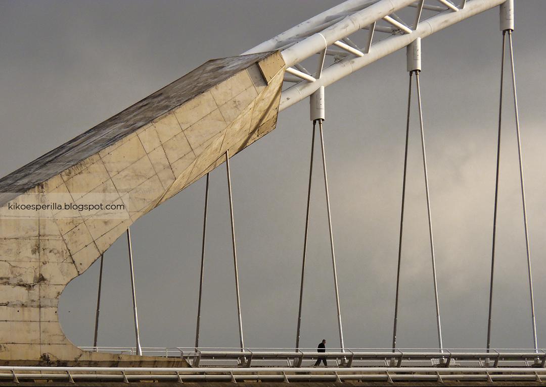 Hombre sobre el puente