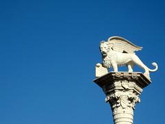 Vicenza, le lion ail - the winged lion (blafond) Tags: italy italia lion bluesky italie contrejour azur vicenza colonne cielbleu piazzadeisignori wingedlion vicence lionail