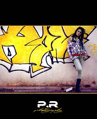 Graffiti (Pablo  Ronald) Tags: portrait girl yellow graffiti chica retrato adolescente jeans cora vaqueros complementos amarrillo cinturn pitillos coraima pablorona coraimasedadelcarmen pabloronald