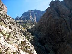 Dans la falaise sous l'amphithéâtre de Campu Razzinu: face W du Tafonatu