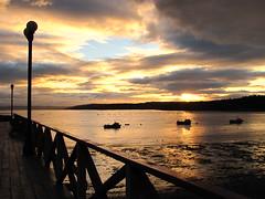 (vlinzmayer) Tags: sunset puerto atardecer botes muelle mar madera cielo nubes baja ocaso costanera chiloe marea chilo queilen