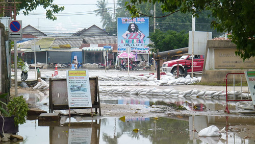 Koh Samui after storm-near laemdin market サムイ島集中豪雨後1