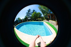 Piscinas en verano (Explore) (ACID FOOL) Tags: new light summer feet water pool girl canon vintage pie foot eos kid agua soft chica adolescente acid small young photographers lisa piscina retro teen mind indie verano teenager overdose dreamer tone fool joven jeune nuevos fotografos tonos suaves tumblr 1000d tumbrl ceinos