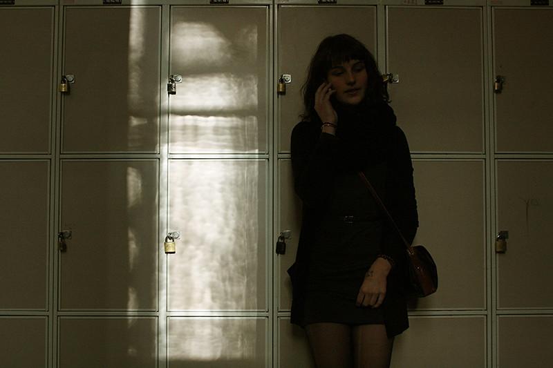 Caisa framför skåpen i skolan