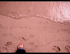 Mediterrneo (: metamorfosis :) Tags: pie mar agua mediterraneo playa arena peu aigua menorca cala ola platja orilla sorra retoque filtro rosado illesbalears ltytrx5 mediterani