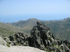 Au sommet de l'Alcudina : la pointe rocheuse proche et le col d'Asinao