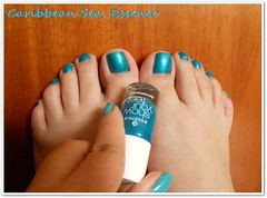 Caribbean Sea da Essence (Bibi) Tags: blue feet azul foot polish bleu ps essence caribbeansea vernis cintilante showyourfeet esmate