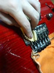 そしてギターの弦を張る