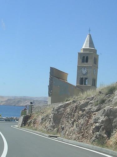 la chiesa a metà a Karlobag