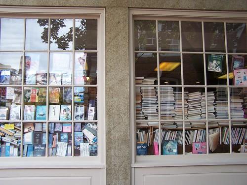 librería con libros desordenados