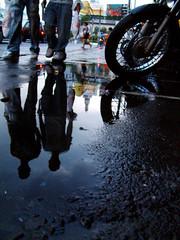 Transeuntes... (Rodrigo_PhotoNews) Tags: chuva reflexions clima fotojornalismo rodrigorodrigues