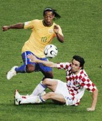 Danijel Pranjic (SC Heerenveen) tegenover Ronaldinho