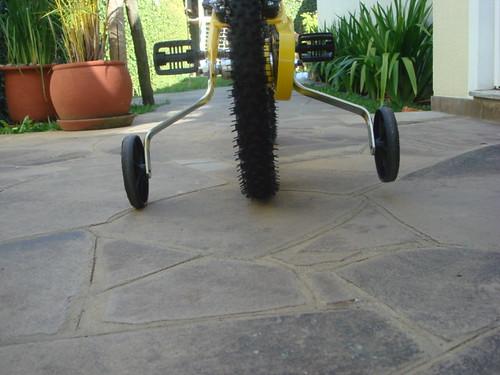 bicicleta infantil vista de trás com rodinhas inclinadas