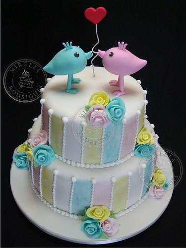 Bolo de casamento romântico. As modelagens dos passarinhos foram inspiradas nas da Tutti Colori by Debora ( a pedido dos noivos bem como o modelo inspirado em um bolo do cake designer Djalma Reinaldo). / Romantic wedding cake.