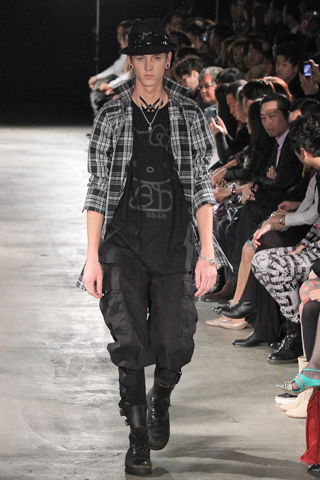 Tommy Cox3018_SS11_Tokyo_GUT'S DYNAMITE CABARETS(Fashionsnap)