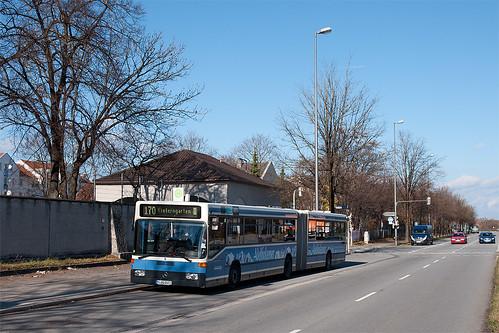 Wagen 021 hält neben der Ernst-von-Bergmann-Kaserne