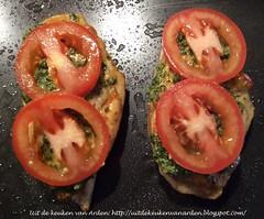 Maiskipfilet met pesto met walnoten, tomaat en buffelmozzarella