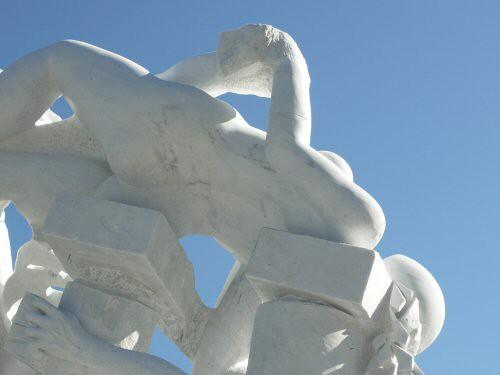 Sculpture monumentale en marbre de Carrare dont l'un des personnages est une femme nue et renversée avec une tête sans traits à la forme très pure – Sandrine Vallée