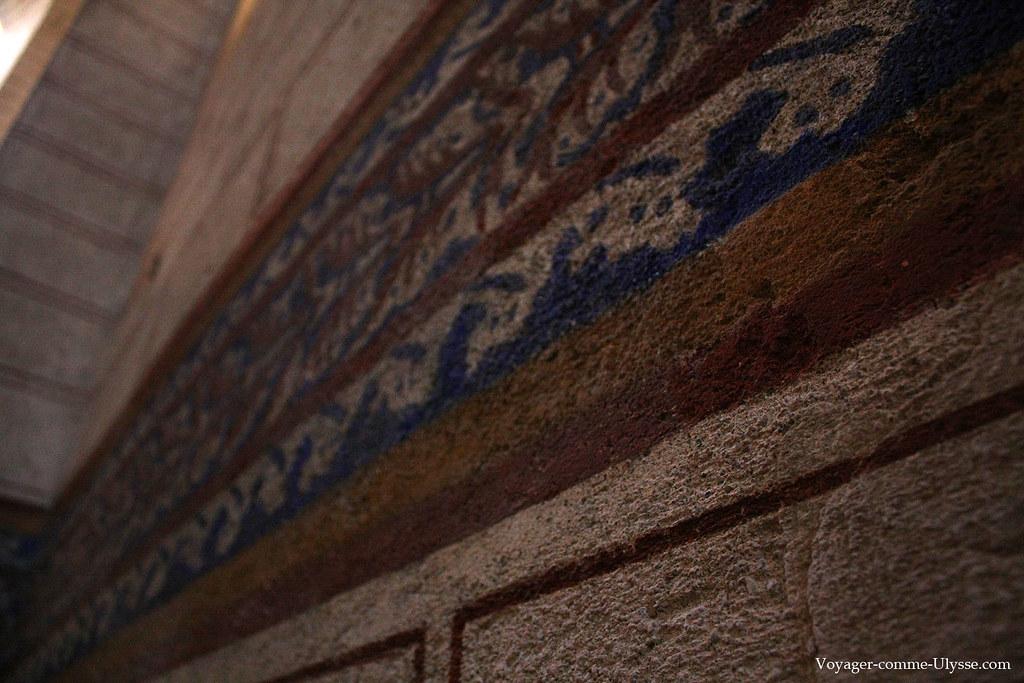 Gros plan sur les peintures murales de l'Abbaye