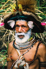 Old huli wigmen warrior, highlands near Tari (Vladimir Nardin) Tags: warrior papuanewguinea papua tari huli huliwigmen