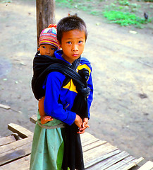 Lisu boy and baby. (Linda DV) Tags: travel people cute barn children geotagged thailand kid asia southeastasia child young culture tribal scan kind adventure criana sight tribe ethnic minority siam enfant nio canoscan tribo stam indochine indochina slidescan dziecko tribu bambino stamm   ethnicminority  lisu lapsi  copil dijete trib  dt trib  heimo minoritethnique  geomapped stamme  pokolenia tribalhike ethnischeminderheid  culturaltravel  lindadevolder  plemena pokolen