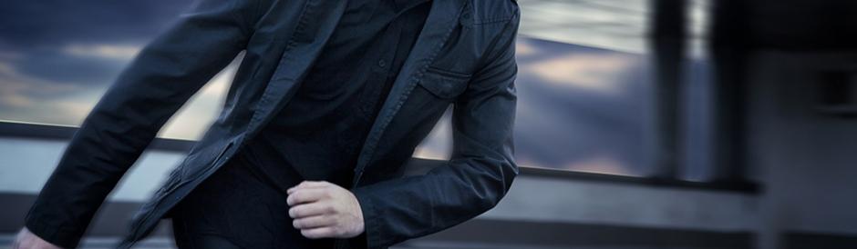 Fotografía de un pavo llevando una chaqueta americana con bastante estilo