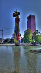 Dona i ocell, Parc Mir. BCN (ivomaxwell) Tags: barcelona torre miro agbar
