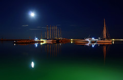 Full moon over the harbor (grazanna) Tags: moon boats harbor luna full porto moonlight sanbenedettodeltronto tamron18200