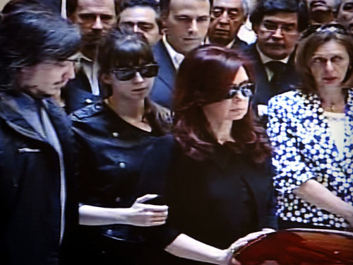 Cristina y Florencia en el Velatorio