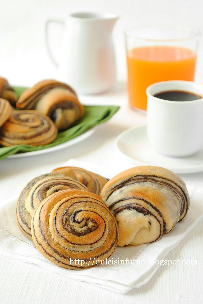 Girelle e Cornetti con  Sfogliatura al Cacao-Rolls and Croissants with Cocoa Layers