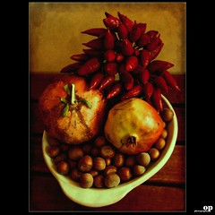Textured Still Life (Osvaldo_Zoom) Tags: autumn italy stilllife nikon pomegranate chilli peperoncini calabria autumnal hazelnut naturamorta nocciole d80 melograni