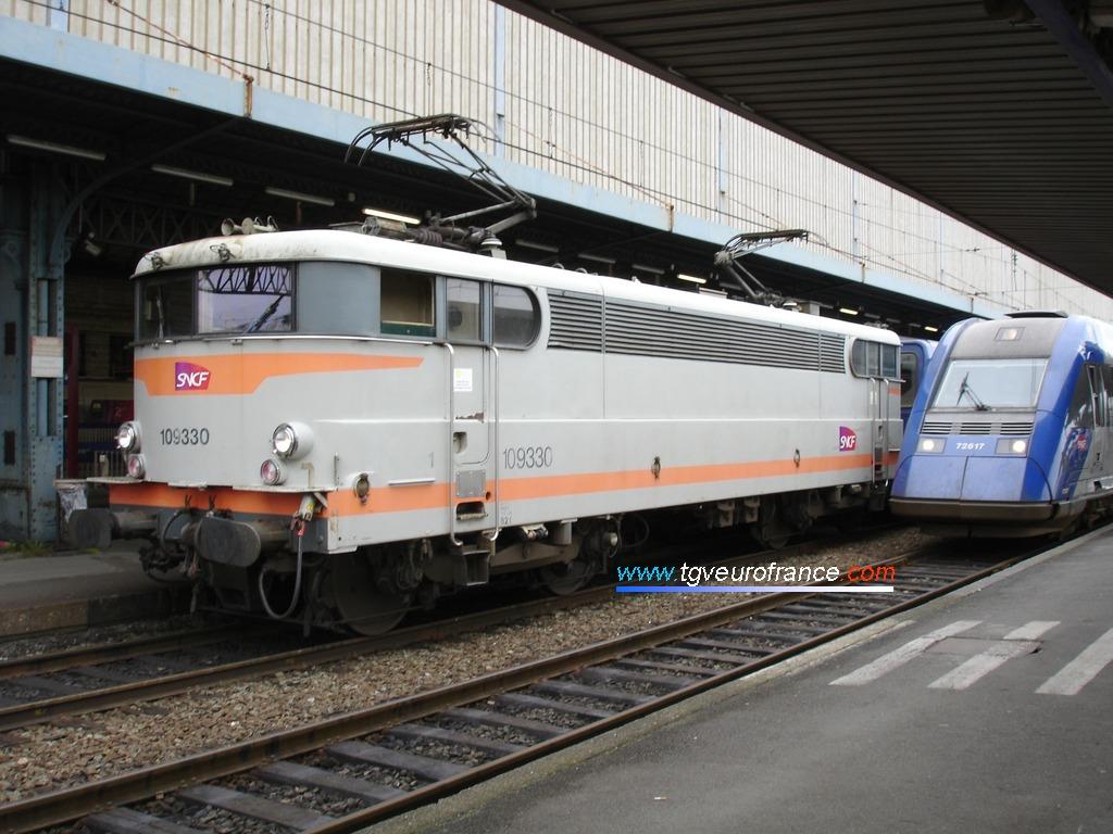 Une locomotive électrique BB9300 (la BB9330 SNCF en livrée béton) en gare de Bordeaux Saint-Jean