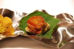 Anguila con hojas de mostaza