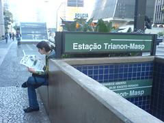 Na sa�da do metrô: pegou o jornal, sentou e já estava lendo!