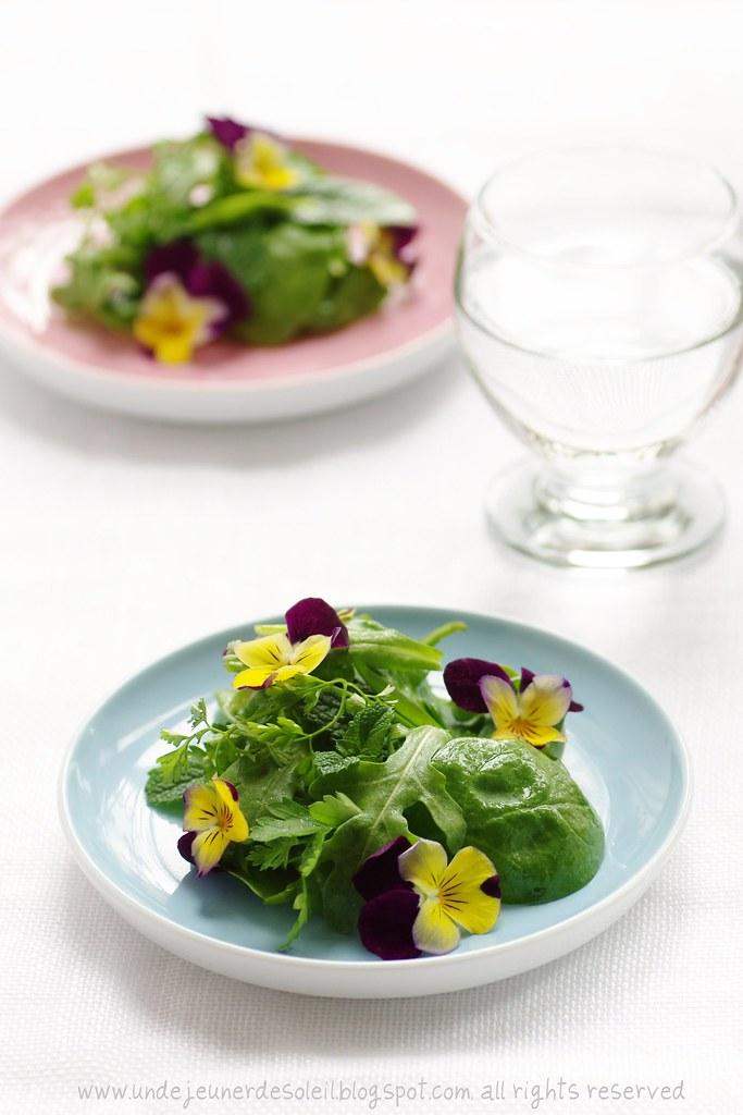 Salade d'herbes et fleurs
