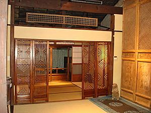 從二樓客廳往後半的和室照去。