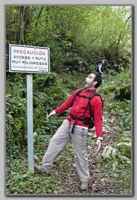 2.- Alex sorprendido ante la advertencia de peligrosidad de la ruta.